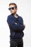 Jongen van de acteurs de donkerbruine tiener hipster in zonnebril Stock Afbeeldingen