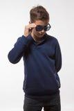 Jongen van de acteurs de donkerbruine tiener hipster in zonnebril Stock Fotografie