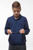 Jongen van de acteurs de donkerbruine tiener hipster in zonnebril Royalty-vrije Stock Afbeeldingen