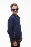 Jongen van de acteurs de donkerbruine tiener hipster in zonnebril Stock Afbeelding