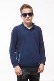 Jongen van de acteurs de donkerbruine tiener hipster in zonnebril Stock Foto