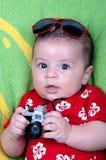 Jongen van de baby kleedde zich in fotograaf Royalty-vrije Stock Afbeeldingen