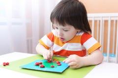 3 jongen van de modelleringsjaar appel van playdough Stock Fotografie