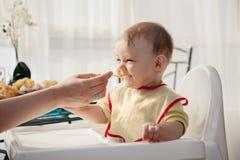 Jongen van de moeder de voedende baby Royalty-vrije Stock Afbeeldingen