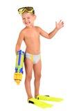Jongen in vinnen en een masker met een waterpistool stock afbeelding