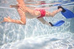 Jongen in vinnen onderwater zwemmen royalty-vrije stock foto