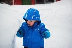 Jongen wat betreft een Diepe Snowbank royalty-vrije stock foto