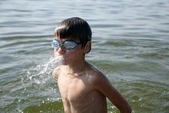 Jongen in water stock afbeelding