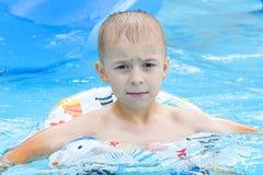 Jongen in waterpark stock fotografie