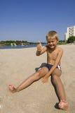 Jongen in zand stock afbeelding