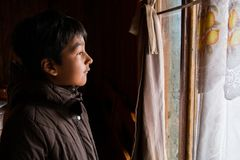 Jongen in zijn huis met bruin jasje op een laag 2 Royalty-vrije Stock Foto's