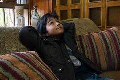 Jongen in zijn huis met bruin jasje op een laag 1 Royalty-vrije Stock Afbeeldingen