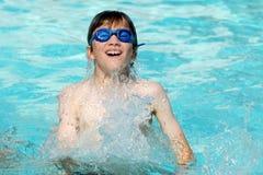 Jongen in zwembad Royalty-vrije Stock Foto's
