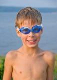 Jongen in zwemmende glazen Stock Foto's