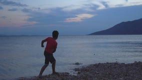 Jongens Alleen Overslaande Steen door het Overzees stock footage