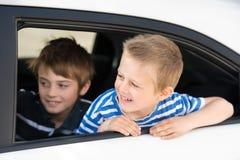 Jongens in auto stock afbeelding