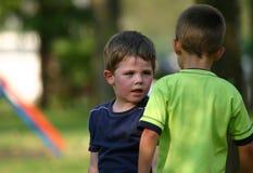 Jongens bij speelplaats Stock Foto's