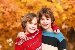 Jongens in de herfst stock afbeeldingen