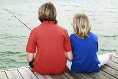 Jongens die 3 vissen stock afbeelding