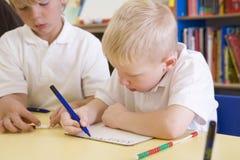 Jongens die aantallen in primaire klasse leren royalty-vrije stock afbeelding