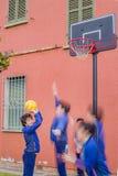 Jongens die Basketbal spelen Stock Foto's