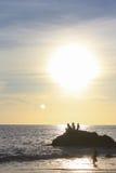 Jongens die bij de zonsondergang spelen Stock Afbeelding