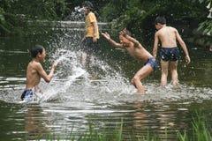 Jongens die in de beek in chengdu, China ploeteren Stock Afbeelding