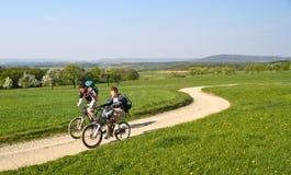 Jongens die in de lente Beieren, Duitsland cirkelen Stock Afbeelding