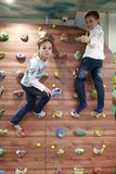 Jongens die de muur beklimmen royalty-vrije stock afbeelding