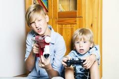 Jongens die een computerspelen spelen stock afbeeldingen