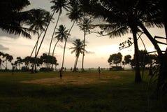Jongens die met bal op strand in Thailand spelen stock foto