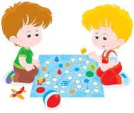 Jongens die met een boardgame spelen royalty-vrije illustratie
