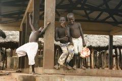 Jongens die op dag weg van school in Benin spelen Stock Fotografie