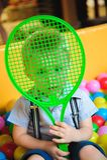 Jongens die op de speelplaats, in het labyrint van de kinderen met ballen spelen Multi-colored ballen stock afbeeldingen