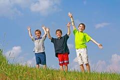Jongens die op een Heuvel spelen stock fotografie