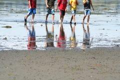 Jongens die op het strand spelen stock foto's