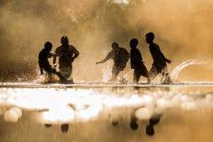 Jongens die speels water op elkaar op vakantie bespatten royalty-vrije stock afbeelding