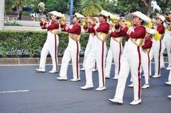 Jongens die trompet in het marcheren band blazen Stock Foto