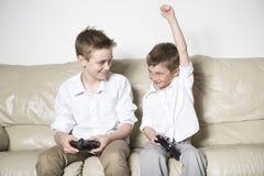 Jongens die veel pret met videospelletjes hebben royalty-vrije stock afbeeldingen
