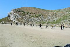 Jongens die voetbal in de vallei spelen royalty-vrije stock foto's