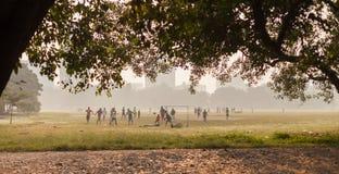 Jongens die voetbal, Kolkata, India spelen royalty-vrije stock afbeelding