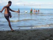 Jongens die voetbal op de kust van Livingston spelen Stock Foto