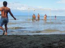 Jongens die voetbal op de kust van Livingston spelen Stock Afbeeldingen
