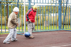 Jongens die voetbal spelen Stock Afbeeldingen