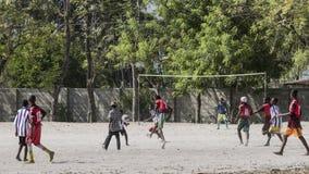 jongens die voetbal spelen Stock Foto's