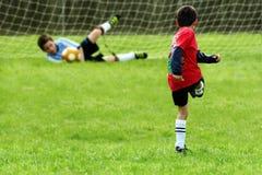 Jongens die Voetbal spelen royalty-vrije stock afbeeldingen