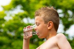 Jongens drinkwater Stock Fotografie
