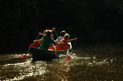 Jongens in een kano royalty-vrije stock foto's