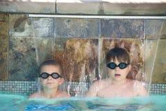 Jongens in een zwembad stock fotografie