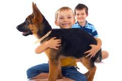 Jongens en Hun Duitse herder Royalty-vrije Stock Afbeelding